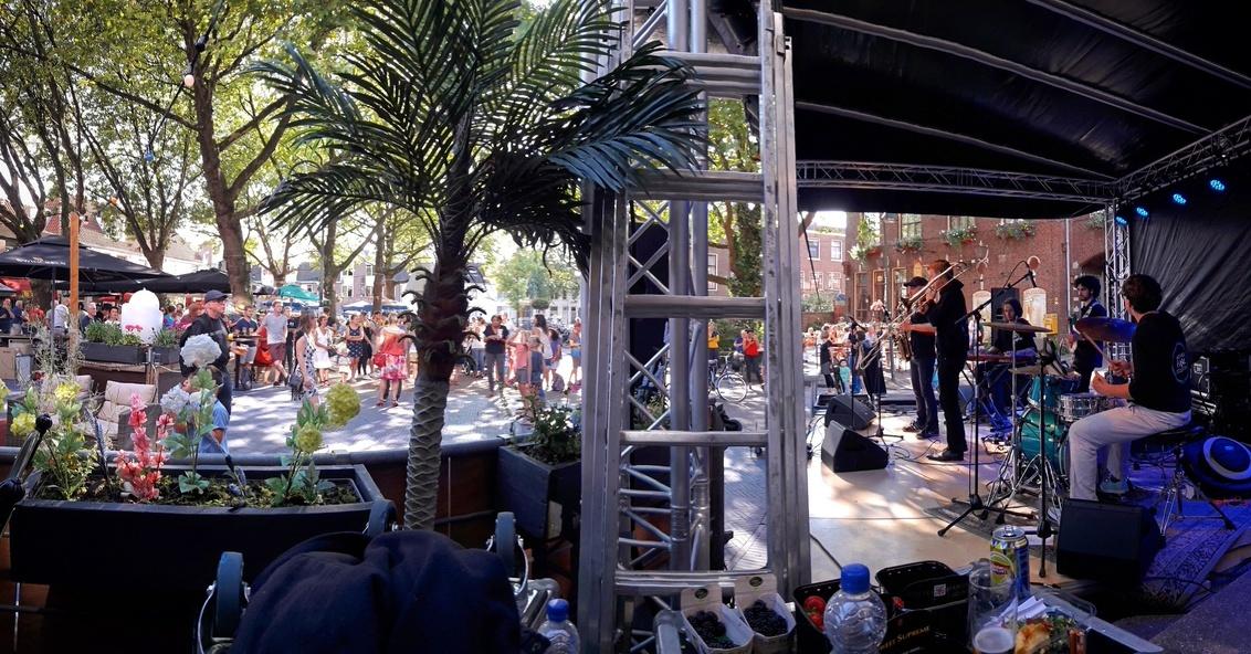 Delft Jazz - Geprobeerd het publiek en de band samen in 1 foto te krijgen, maar dan even anders. Jammer dat er zo veel in de weg stond maar vind hem op zich wel l - foto door MarijeScheening op 29-08-2017 - deze foto bevat: jazz, artiest, muziek, optreden, concert, band, muzikant, emotie, feest, live, festival, concertfotografie, publiek, podium, jamsession