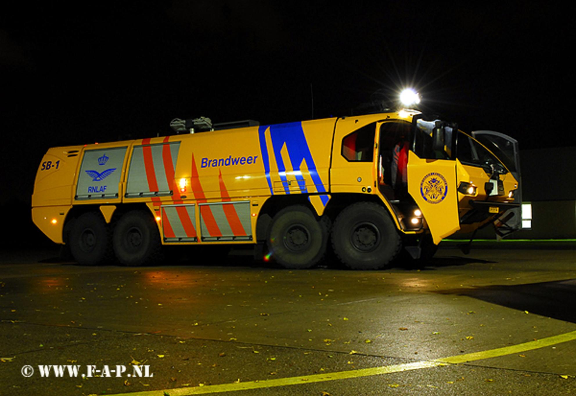 E_One LM-59-74 - E_One LM-59-74  Leeuwarden - foto door fap op 06-06-2014 - deze foto bevat: nacht, brandweer, luchtmacht, tender, nacht fotografie, fap, e.one - Deze foto mag gebruikt worden in een Zoom.nl publicatie
