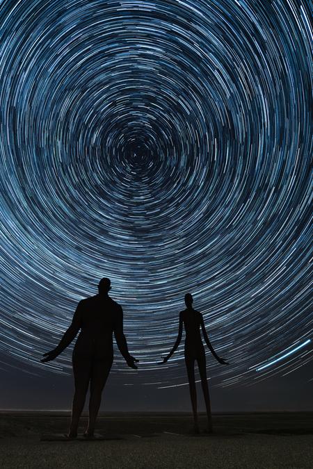 """Startrail Holwerd - Tijdens een koude nacht op de zeedijk nabij Holwerd.  De beelden zijn van het kunstwerk """"Wachten op hoog water"""" van Jan Ketelaar.  155 foto's, ges - foto door ronaldrozema op 24-03-2020 - deze foto bevat: lucht, wolken, natuur, licht, avond, landschap, kunst, haven, nacht, kust, nachtfotografie, sterren, astrologie, melkweg, sterrenspoor, startrail, lange sluitertijd"""