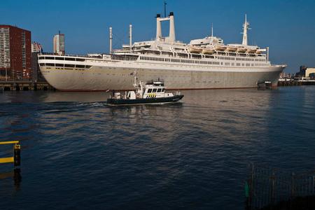ss Rotterdam - SS Rotterdam + douane boot. - foto door PeterE3 op 28-03-2011 - deze foto bevat: rotterdam
