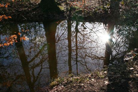 De zon in het water zien schijnen