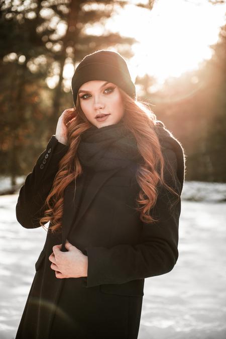 Nikola - Wat hadden we prachtig licht op deze koude dag! - foto door Jiscafotografie op 19-02-2021 - deze foto bevat: zon, licht, sneeuw, winter, tegenlicht, daglicht, koud, nikon, portrait, fashion, zonlicht, beauty, lensflare, glamour, redhead, make-up, rood haar, gouden uur