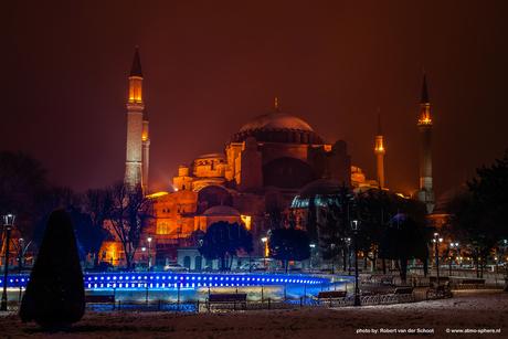 De Aya Sofia moskee in Istanboel in de sneeuw