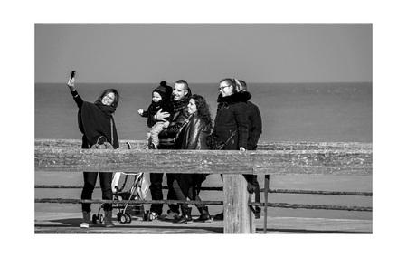 strand 2 - boven de zee, op de pier bij Veules-les-roses in Normandië... - foto door bernhard48 op 28-01-2018 - deze foto bevat: mensen, strand, zee, zwartwit, straatfotografie, Selfie