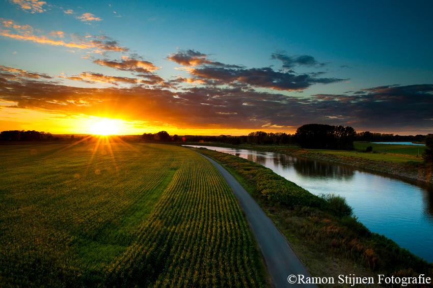 Maasgebied Limburg - Zonsondergang over het Maasgebied bij Stein in Limburg. - foto door eyefocus-76 op 25-08-2012 - deze foto bevat: wolken, zon, zonsondergang, landschap, rivier, limburg, maas, belgie, stein, maasgebied