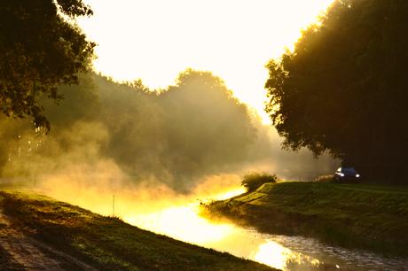 Van het water optrekkende mist beschenen door de eerste zonnestralen.