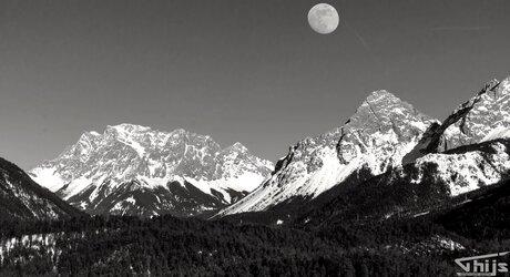 Besneeuwde bergen B&W