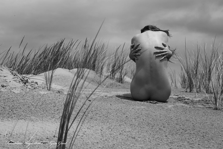 In the dunes after the rain - In the dunes after the rain with Riley Jade - foto door arjangroot op 11-04-2021 - locatie: Nederland - deze foto bevat: artistieknaakt, naaktworkshop, artistieknaaktworksh, nudeworkshop, nude, dunes, duinen, zwart/wit, hoofd, lucht, wolk, fabriek, menselijk lichaam, beeldhouwwerk, standbeeld, mensen in de natuur, gras, bevriezing