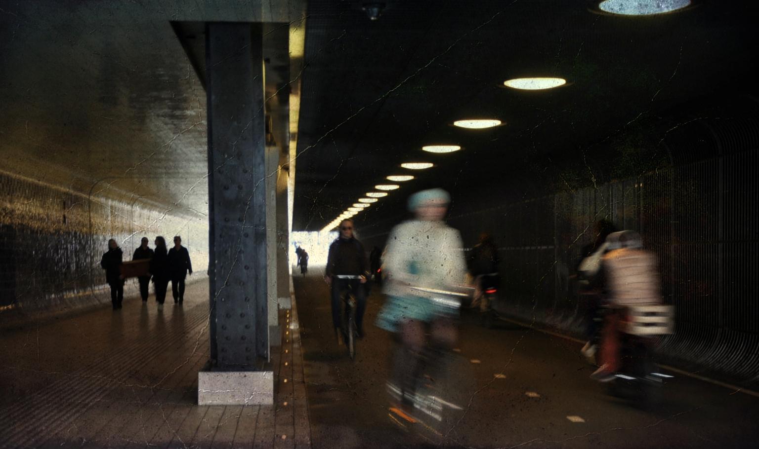 Altijd Haast . . . - Oppassen geblazen bij in en uitgang van de tunnel - foto door 1103 op 12-04-2021 - deze foto bevat: automotive verlichting, kunst, tinten en schakeringen, weg, stad, weg oppervlak, duisternis, voetganger, asfalt, middernacht
