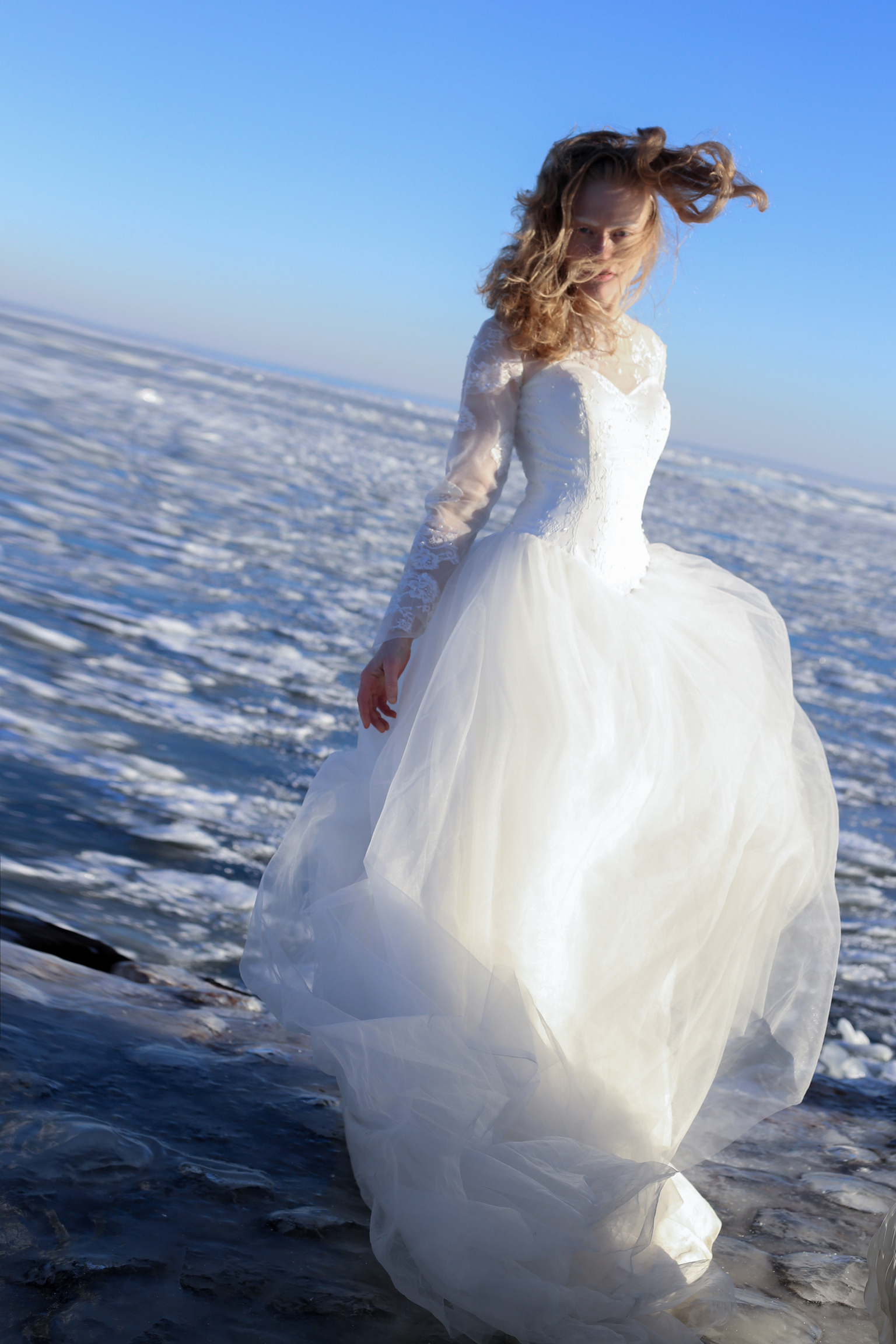 frozen bride - ice cold in this time for everyone , how we can finnd the love in pandemic in this time we are searching for love but not ice cold. amazing shoot 14  - foto door marli op 10-04-2021 - deze foto bevat: water, trouwjurk, lucht, kapsel, bruid, jurk, mensen in de natuur, azuur, flitsfotografie, bruidskleding