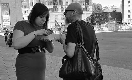 Rotterdam Blaak... - ... dit stelletje loopt heerlijk te genieten, in de omgeving van   Blaak. - foto door f.arts1 op 15-04-2021 - locatie: Binnenrotte 77, 3011 HB Rotterdam, Nederland - deze foto bevat: bril, fotograaf, wit, zwart, zwart en wit, bagage en tassen, straatmode, staand, gebaar, grijs
