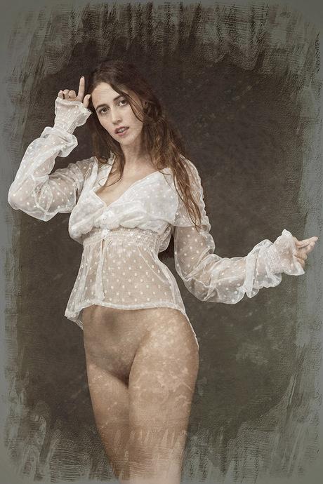 Sandralyd met doorzichtige blouse