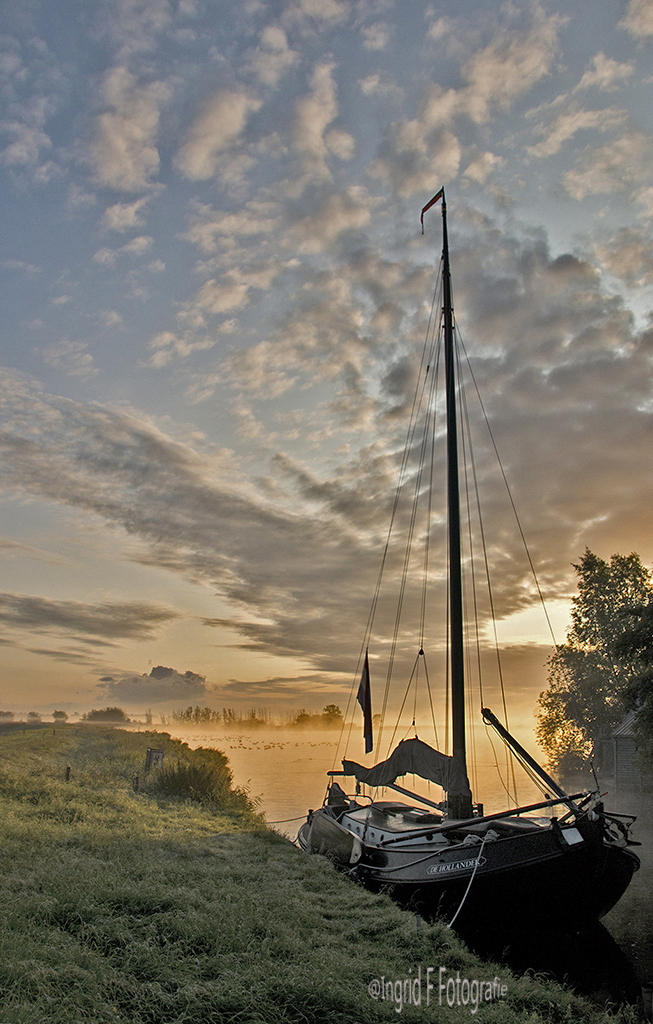 Ochtendgloren - Op weg naarMonnickendam op de fiets krijg je kadootje met deze lucht erbij - foto door if.veld op 03-05-2021 - locatie: Monnikendammerweg, Monnickendam, Nederland - deze foto bevat: wolk, lucht, boot, waterscooters, mast, fabriek, nagloeien, zonlicht, zeilboot, zonsondergang