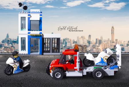 Lego City Motor Politie bureau - Aryen en Duke Detain zijn samen op boevenjacht. Aryen mocht de vrachtwagen besturen om zijn motor naar een andere lokatie te brengen.  - foto door LegoUniverseAryen op 15-04-2021 - deze foto bevat: lego, digital artwork, kunst, wiel, band, wolk, lucht, voertuig, autoband, motorvoertuig, automotive ontwerp, betreden, speelgoed
