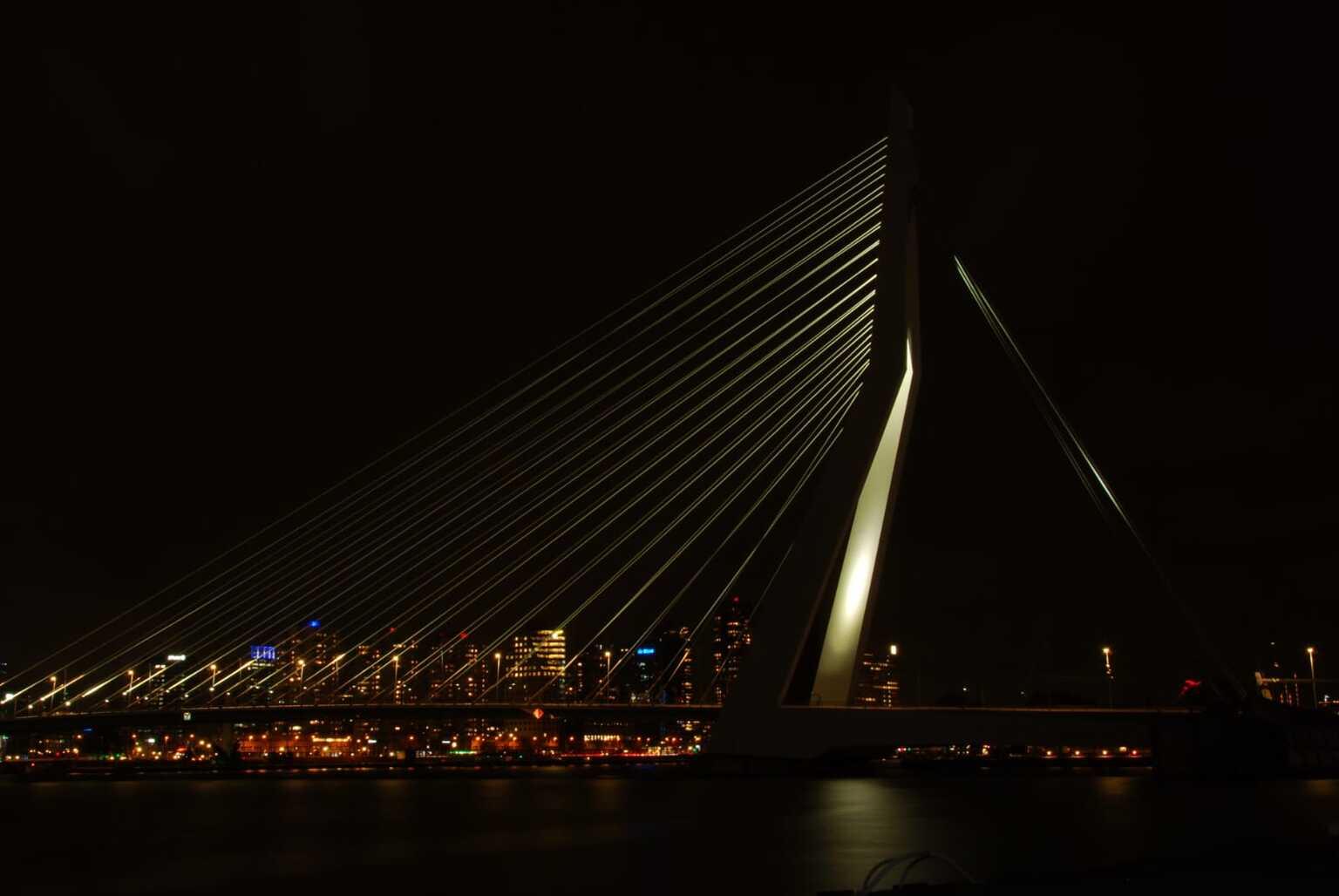 Erasmusbrug - Erasmusbrug bij nacht - foto door Semdewit op 12-04-2021 - locatie: Rotterdam, Nederland - deze foto bevat: water, lucht, elektriciteit, torenblok, stadsgezicht, toren, brug, stad, tuibrug, middernacht