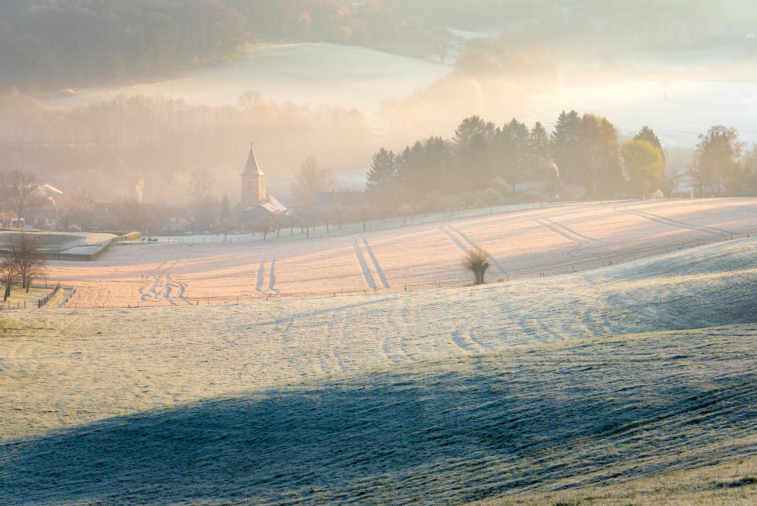 Zonsopkomst Slenaken - Gedurende een verblijf van enkele dagen in het mooie Limburg hoorde een vroeg ritje richting de heuvels erbij. Ik wilde namelijk enkele locaties aand - foto door FotograQui op 15-04-2021 - locatie: 6277 Slenaken, Nederland - deze foto bevat: slenaken, zonsopkomst, heuvels, mist, nevel, nikon, limburg, kerk, bomen, bossen, landschap, wolk, atmosfeer, ecoregio, lucht, fabriek, natuurlijk landschap, boom, nagloeien, zonsondergang, zonsopkomst