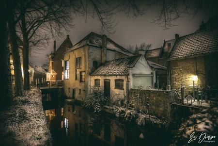 Gouda in de winter - De binnenstad van Gouda staat vol met oude gebouwen. Met sneeuw erbij waan je  je terug in de tijd naar tijden dat Gouda nog een stuk kleiner was.  - foto door EusDriessen op 12-04-2021 - locatie: Gouda, Nederland - deze foto bevat: gouda, avondfotografie, hdr, binnenstad, winter, sneeuw, grachten, nederland, hollands, architectuur, water, atmosfeer, venster, gebouw, licht, lucht, boom, huis, ochtend, tinten en schakeringen