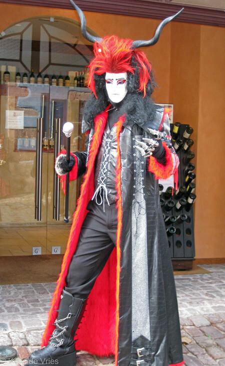 Elzas 2012 - Venetiaanse Parade in Riquewihr in de Elzas - foto door KdV59 op 05-05-2021 - locatie: 68340 Riquewihr, Frankrijk - deze foto bevat: bovenkleding, fotograaf, handschoen, mode, hoofddeksel, mode ontwerp, momentopname, kostuumontwerp, evenement, straatmode