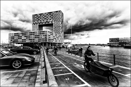 Pontsteiger. - verlaten van de pont. - foto door dutchal op 14-04-2021 - locatie: Amsterdam, Nederland - deze foto bevat: band, wolk, wiel, lucht, voertuig, water, auto, autoband, zwart, motorvoertuig