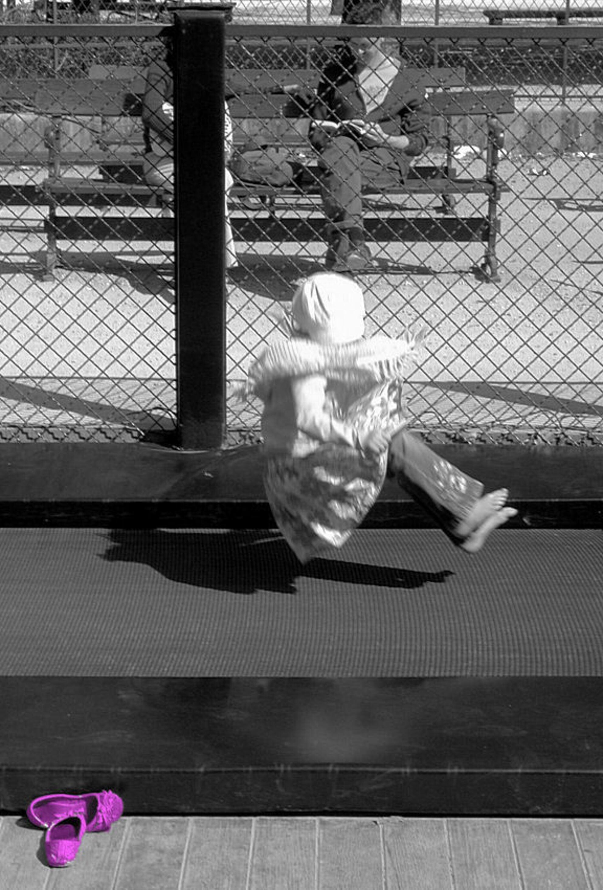 de roze schoentjes - Genomen in de Jardin de Ranelagh, Parijs. - foto door Steve47 op 19-06-2007 - deze foto bevat: kind, kinderen, meisje, parijs, lol, trampoline - Deze foto mag gebruikt worden in een Zoom.nl publicatie