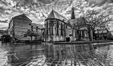 H.H. Nicolaas en Barbarakerk - Moest gisteren schuilen voor een regenbui en de natte straten nodigde uit tot deze zwart-wit plaat. - foto door PeterWesterik op 13-05-2017 - deze foto bevat: kerk, hdr, valkenburg, zwart wit