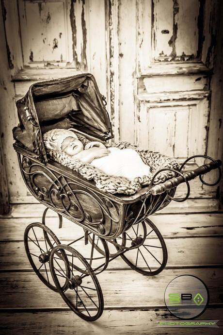 Poppetje in oude wagen.