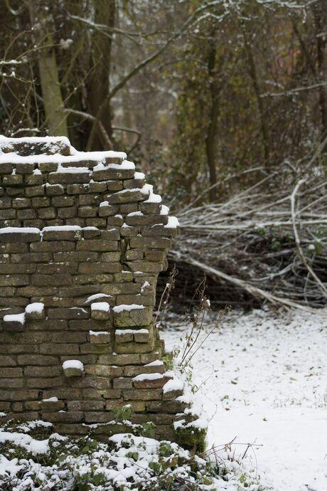 Besneeuwd muurtje
