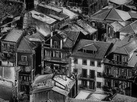 in Lissabon - - - foto door martvank op 05-02-2020 - deze foto bevat: uitzicht, stad, zwartwit, lissabon, filter, metalic