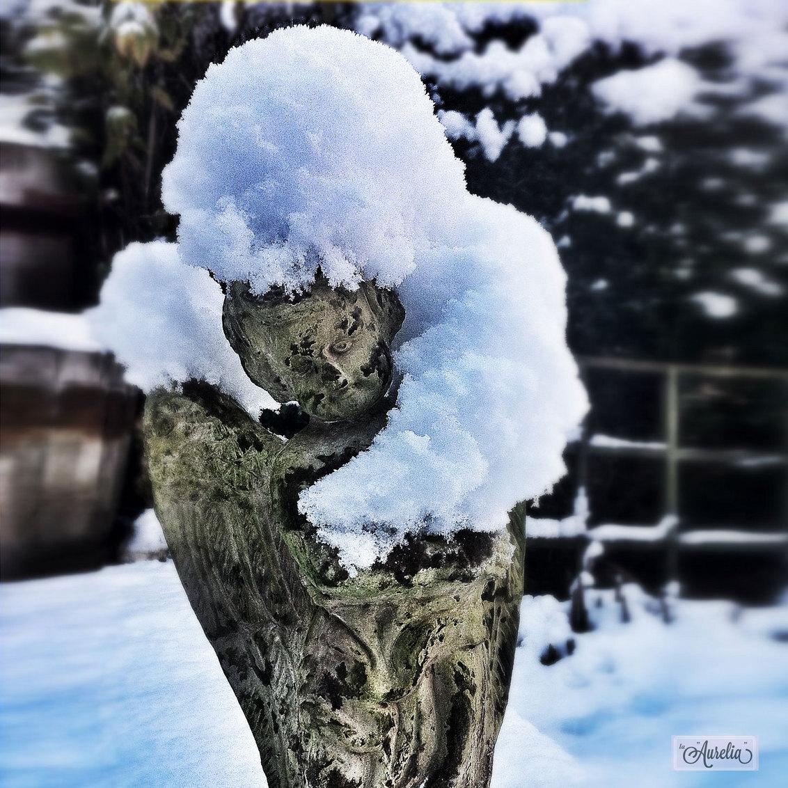 """Embraced by White - Helaas geen witte kerst dit jaar... om toch een beetje in de """"wintermood"""" te komen, vandaag een beeld uit de oude doos...  Winter 2012. Binnen een  - foto door Aurelia Ebbe op 28-12-2013 - deze foto bevat: sneeuw, tuin, sneeuwbui, winter, beeld, koud, engel, flevoland, kou, almere, aurelia, december, winters, iphone, laaurelia, beeldblog, la aurelia, tuinengel"""