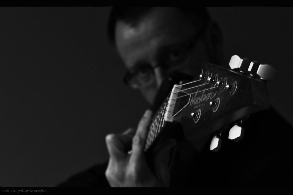 music by Jackson and my husband.... - hier een detail van de gitaar van m'n man... heerlijk scheuren met de Jackson, en hoe wonderlijk goed dat vaak samengaat met ook de klassiekere manie - foto door close.to.yoU.fotografie op 18-02-2014 - deze foto bevat: man, muziek, jackson, zw.w
