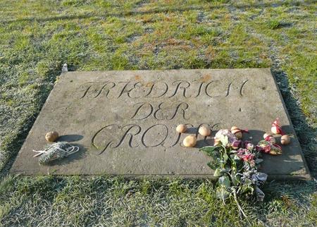 Kartoffelkönig - Dit is het graf van Frederik de Grote van Pruisen. Dat zou je ook gezien hebben zonder dat zijn naam er op stond, want bewonderaars van hem leggen re - foto door ekeren op 23-02-2009 - deze foto bevat: grafsteen, aardappelen, kartoffelk-nig