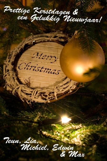 Kerstgroet - Wat is er nou leuker dan een eigen foto als kerstkaart. Ik probeer het ieder jaar weer.  Dit is de foto van dit jaar. Ik ben benieuwd wat jullie er - foto door michieltop op 20-12-2008 - deze foto bevat: kerstboom, kerst, nieuwjaar, kerstkaart, gelukkig, kerstbal, kaart