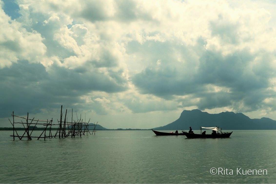Fischerman at work - Fischerman@work - foto door ritakuenen op 03-10-2017 - deze foto bevat: lucht, wolken, water, boot, landschap, rivier, visser, maleisie