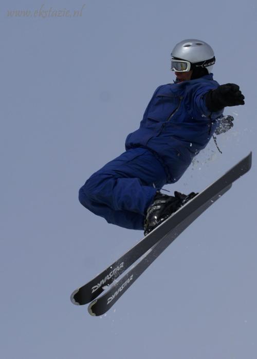 fly high - gemaakt bij schans in zwitserland  reacties met opbouwende kritiek welkom - foto door ekstazie op 28-02-2010 - deze foto bevat: sport, zwitserland, springen, skieen, schans, skier, verbier, ekstazie