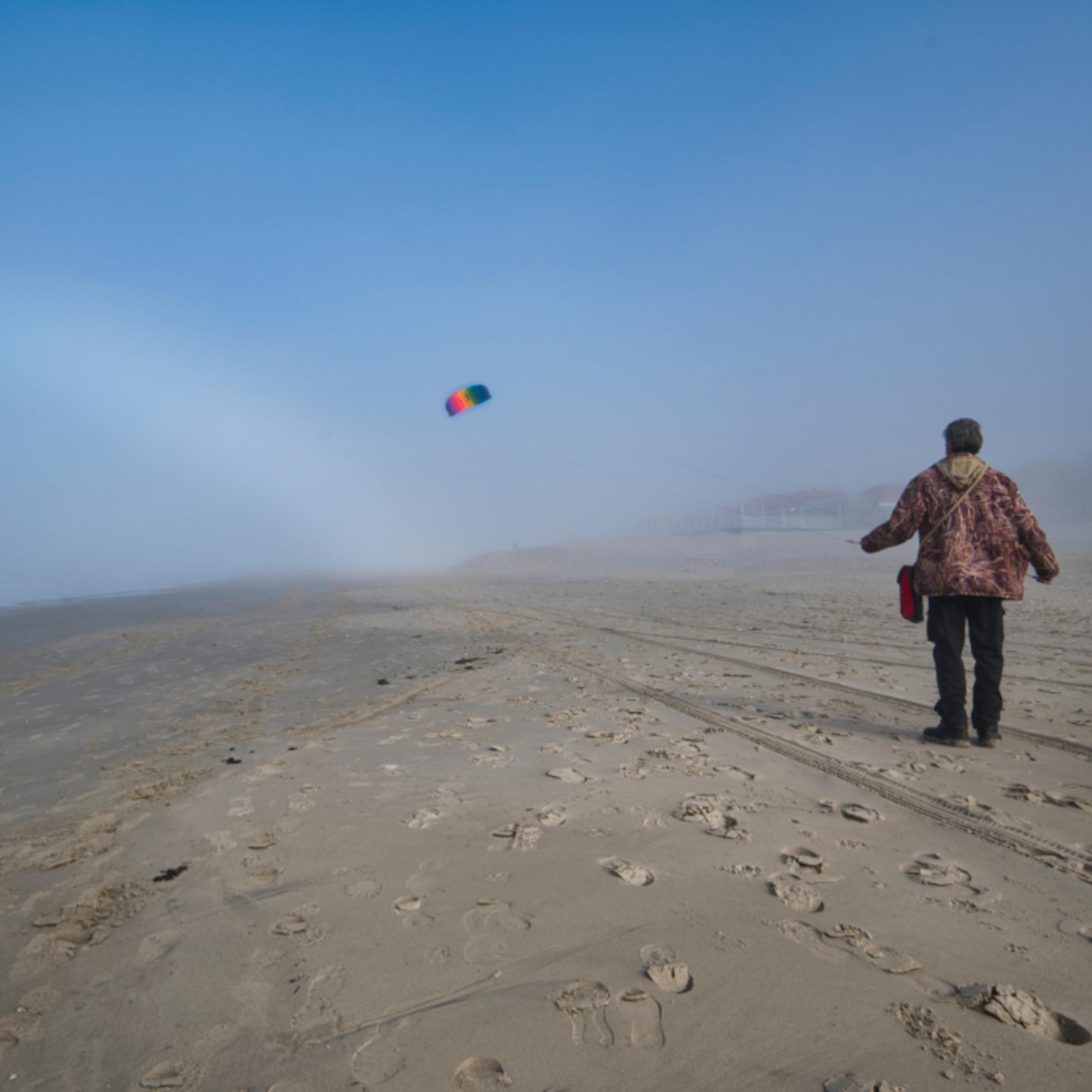 vlieger en mistboog - Strand Ameland, in de mist vliegeren. - foto door Tomverdam op 04-03-2021 - deze foto bevat: strand, mist, duinen, vlieger, ameland, mistboog