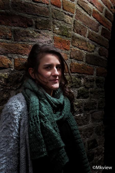 what? - Tijdens een (strobist) fotoshoot eens wat anders dan anders gedaan. In plaats van het model netjes uit te lichten, heb ik bij deze foto gekozen om 'h - foto door mkview op 23-12-2014 - deze foto bevat: vrouw, donker, licht, portret, schaduw, model, daglicht, flits, canon, ogen, haar, fashion, fotoshoot, flitsen, flitser, strobist, 135mm, mkview