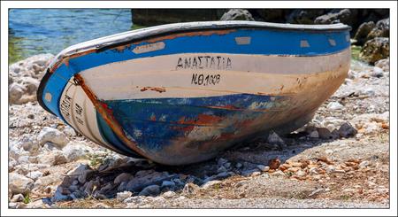 bootje op het droge - een oude roeiboot op de rotskust van Zakynthos - foto door corvangriet op 12-04-2021 - deze foto bevat: roeiboot, rotskust, griekenland, zakynthos, verweerd, oud, verveloos, verlaten, boot, waterscooters, boten en varen - uitrusting en benodigdheden, voertuig, hout, strand, water, motorvoertuig, schip, kano