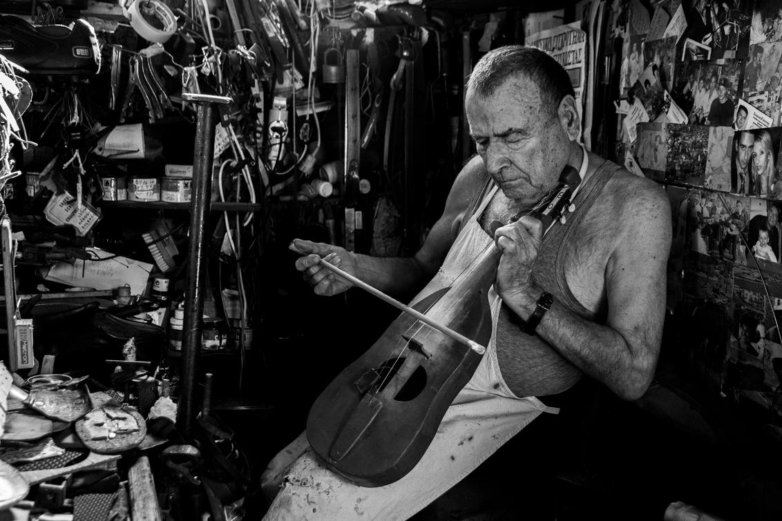 Lyra - Deze meneer is schoenmaker in een ontzettend klein en vol winkeltje in Griekenland. Ik raakte aan de praat met hem en vroeg of ik foto's mocht maken. - foto door ChantallaPhotography op 30-06-2020 - deze foto bevat: oud, wit, vakantie, portret, zwart, muziek, reis, zwartwit, emotie, kreta, bejaard, griekenland, grieks, viool, klassiek, muziekinstrument, lier, emotioneel, luit, handgemaakt, kretens, lyra, lira