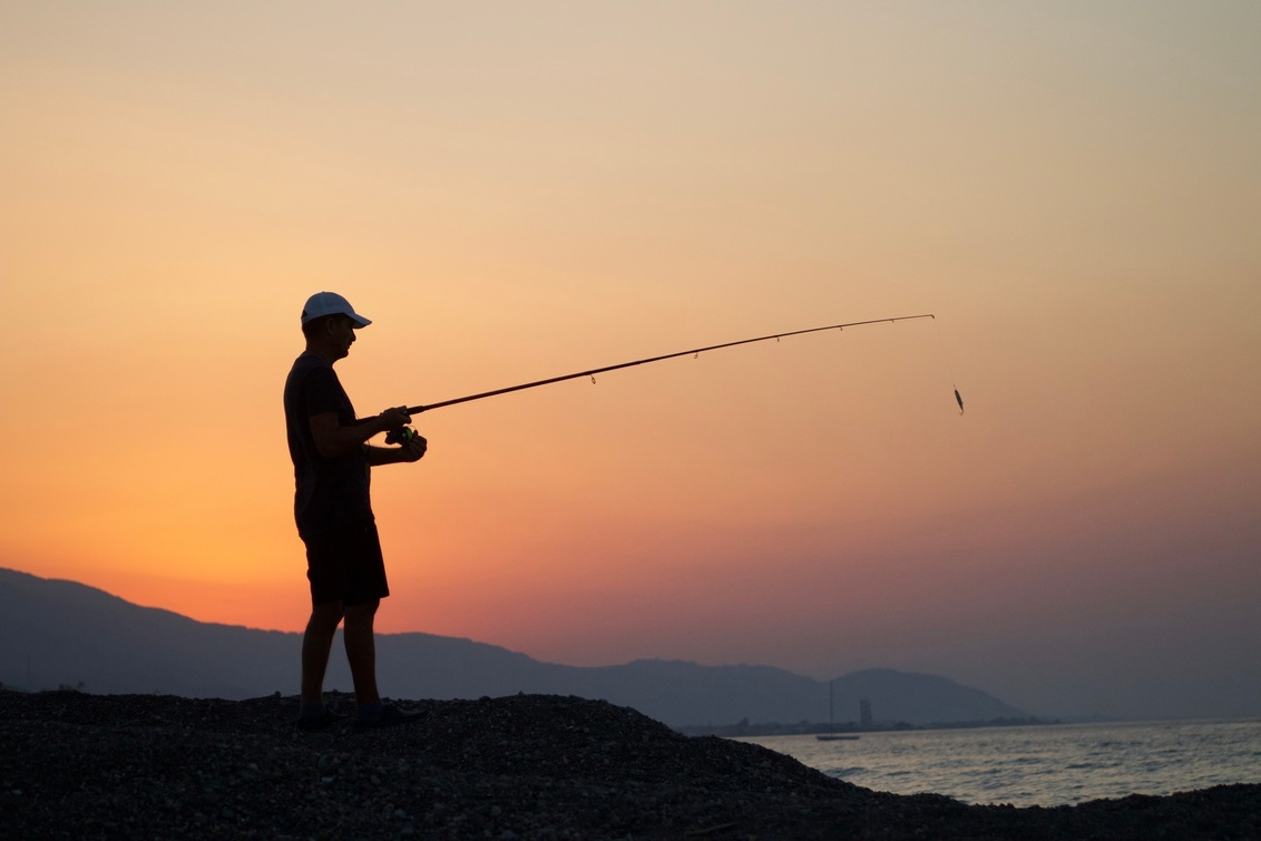 Vroege visser - Tijdens een ochtendwandeling over de boulevard zag ik deze man onhandig te vissen. Na de foto gemaakt te hebben maakte ik een praatje met hem, hij wa - foto door zelf-geschoten op 29-10-2017 - deze foto bevat: strand, zonsopgang, visser, reisfotografie