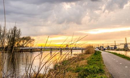 Zonsondergang Kinderdijk  - Kinderdijk  - foto door dwarsie op 11-04-2021 - locatie: Unnamed Road, 2961 AT Alblasserdam, Nederland - deze foto bevat: wolk, lucht, fabriek, water, nagloeien, natuurlijk landschap, schemer, zonsondergang, lichaam van water, zonsopkomst