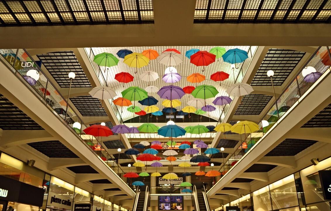 Paraplu plafond - Plafond in warenhuis in Praag - foto door Johannah op 02-11-2017 - deze foto bevat: kleur, winkelcentrum, licht, vakantie, plafond, perspectief, trappen, praag, decoratie, paraplu's