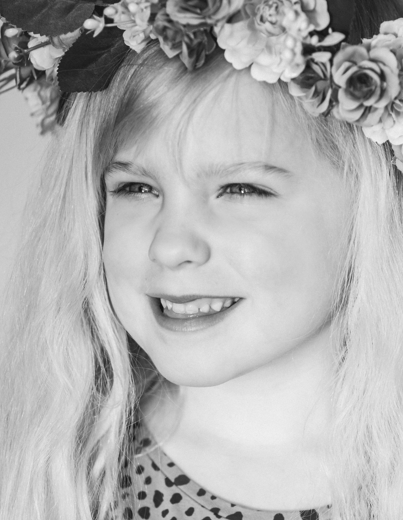 F E N N E - Daglicht portretten - foto door SerenaZoom op 13-04-2021 - deze foto bevat: portret, daglicht, meisje, lief, bloemen, fotoshoot, zwartwit, d7500, nikon, licht, haar, gezicht, glimlach, hoofd, lip, wenkbrauw, kapsel, oog, fotograaf, wimper
