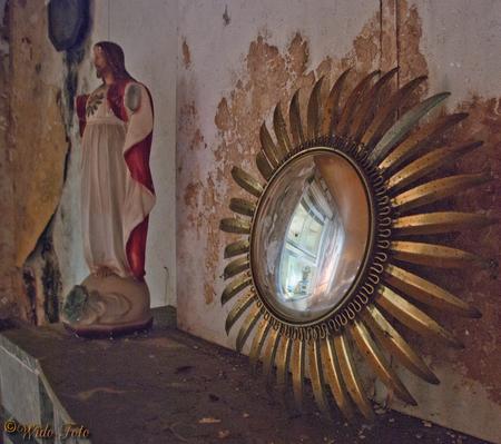 Spiegeltje, spiegeltje... - Ergens in een oud verlaten huisje. - foto door wido-foto op 12-08-2013 - deze foto bevat: oud, roest, spiegel, bewerkt, huis, photoshop, verlaten, hdr, hdri, vuil, vergaan, vies, urbex, roestig, urban exploring