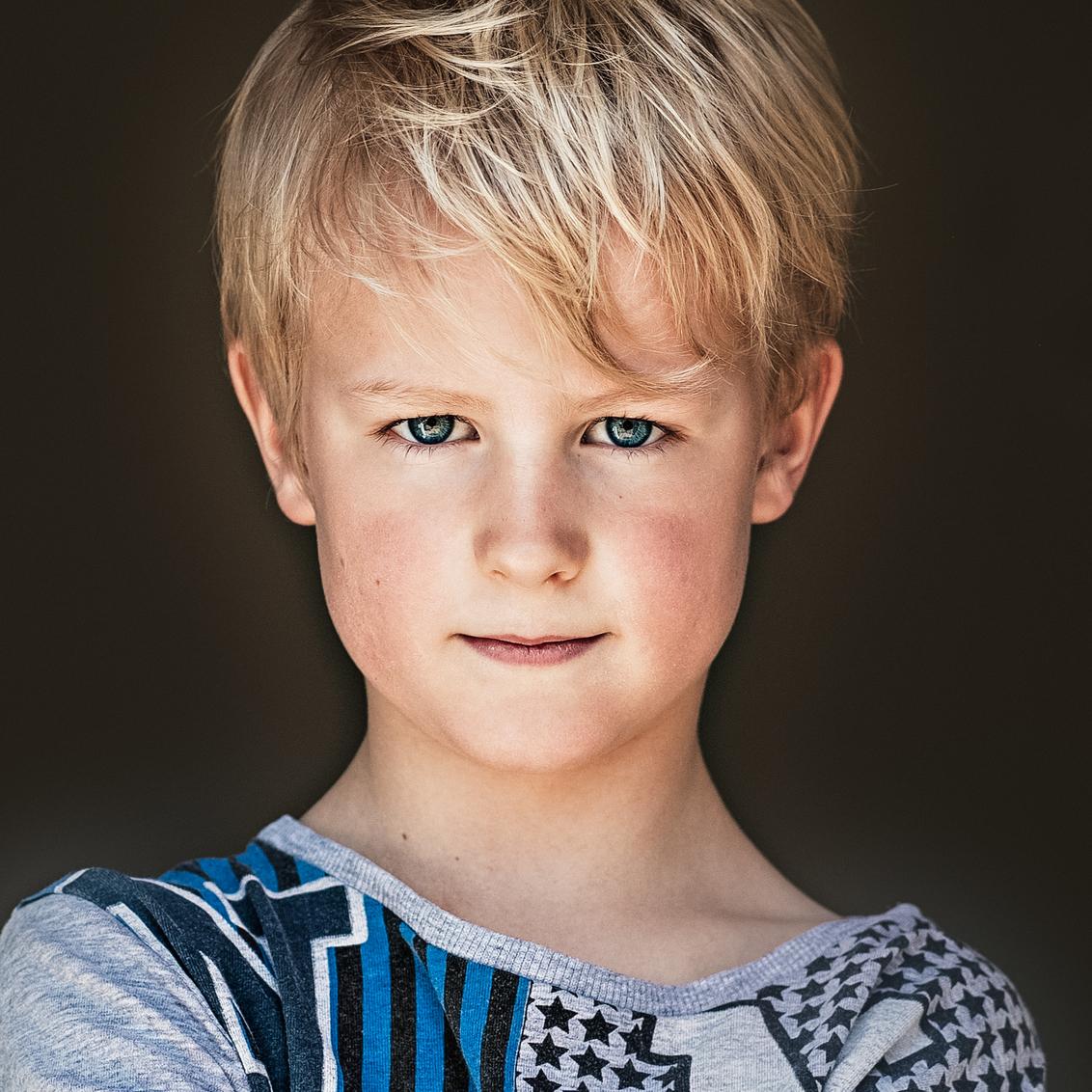 close up daglichtshot - De mooie blik van vince - foto door KimGroenendal op 13-06-2020 - deze foto bevat: zoom, licht, portret, schaduw, daglicht, kind, kinderen, ogen, jongen, style, blik, close
