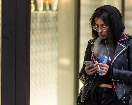 2019 10 09_MVH_8238.px1132 - Rokende vrouw bellend - foto door mjvanheuven op 11-10-2019 - deze foto bevat: vrouw, kleur, roken, m.e., eindhoven centrum