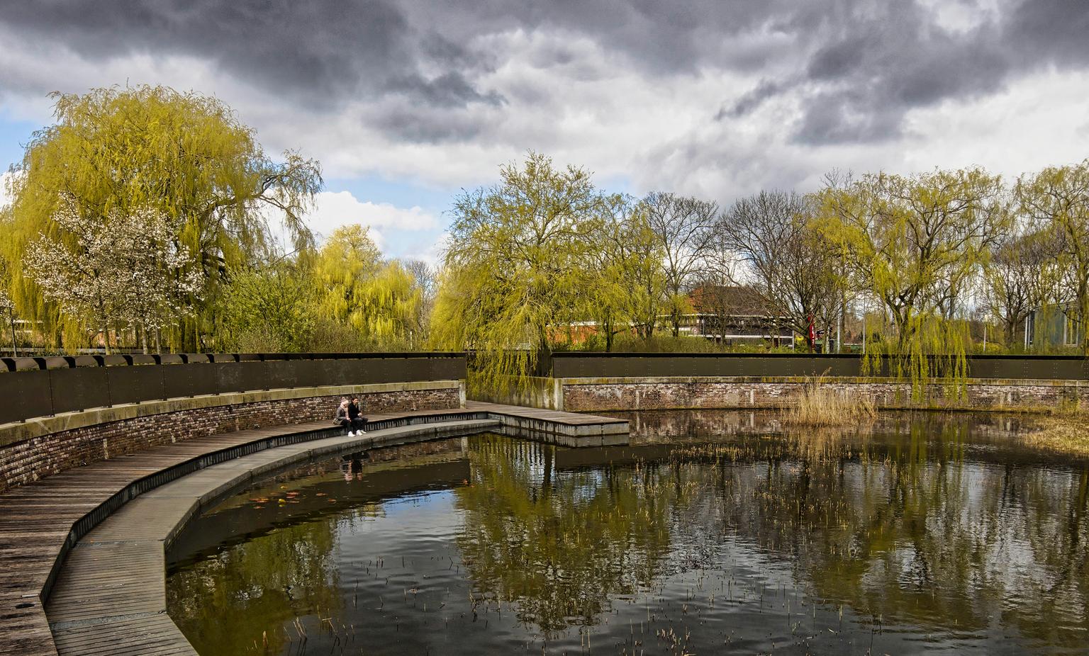 Zitten in de zon - Amsterdam : Westerpark - foto door dutchal op 11-04-2021 - deze foto bevat: water, wolk, lucht, fabriek, watervoorraden, natuurlijk landschap, boom, meer, geel, waterloop