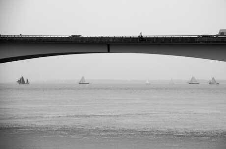 Verkeer op en onder de Zeelandbrug