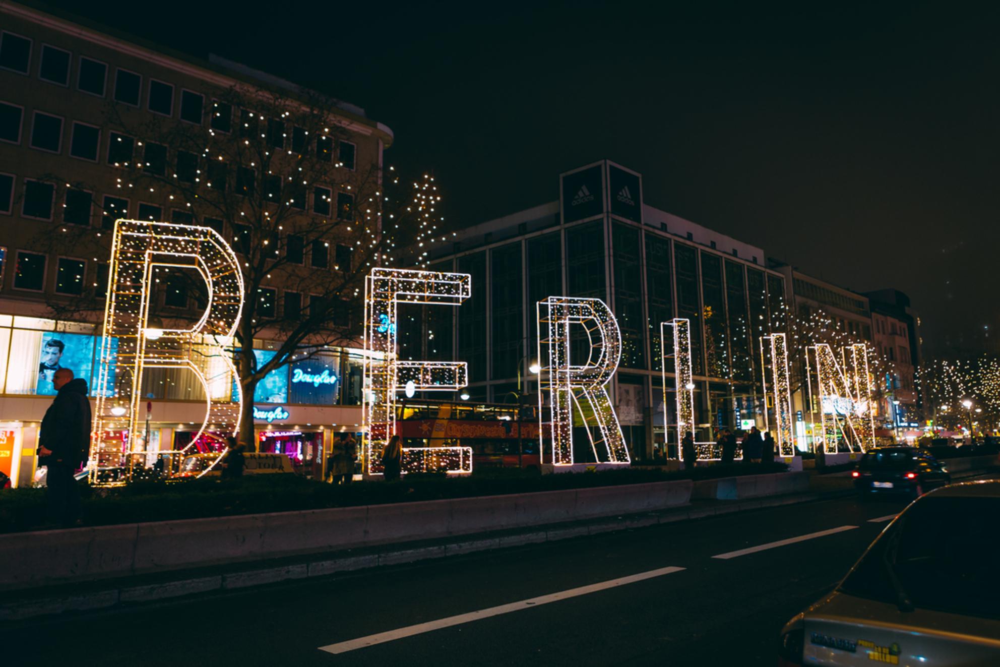 B E R L I N - B E R L I N  -  N E W  Y E A R - foto door NathanR op 04-01-2016 - deze foto bevat: kleur, straat, licht, nieuwjaar, avond, architectuur, markt, schaduw, stad, nacht, berlijn, metro, straatfotografie, lichten, berlin - Deze foto mag gebruikt worden in een Zoom.nl publicatie