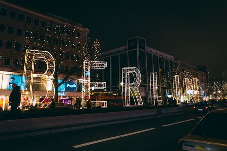 B E R L I N - B E R L I N  -  N E W  Y E A R - foto door NathanR op 04-01-2016 - deze foto bevat: kleur, straat, licht, nieuwjaar, avond, architectuur, markt, schaduw, stad, nacht, berlijn, metro, straatfotografie, lichten, berlin