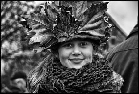 Herfsttooi - - - foto door etiennec op 12-11-2016 - deze foto bevat: portret, meisje, zwartwit, straatfotografie